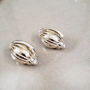 Gold tone Shell Clip-on earrings